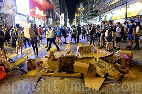 2019年9月6日晚,香港示威者在彌敦道和窩打老道間建立防線。(宋碧龍/大紀元)