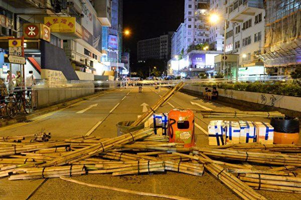 2019年9月6日晚,港示威者在窩打老道設立障礙物防線。(宋碧龍/大紀元)