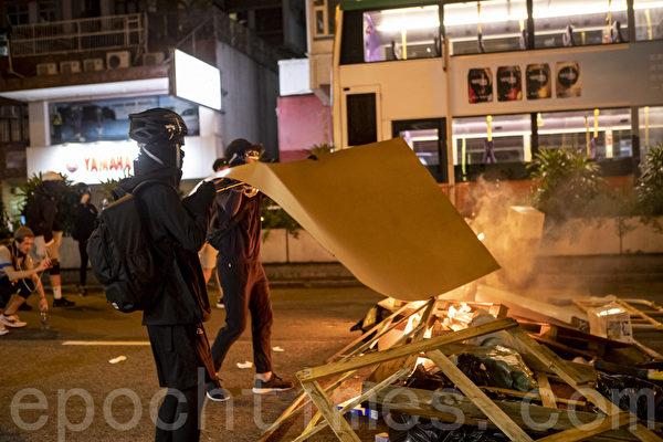 2019年9月6日晚,香港示威者在太子道西燃燒雜物。(余鋼/大紀元)