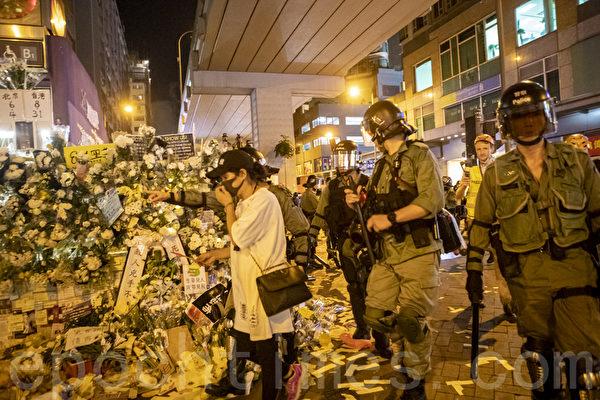 2019年9月6日晚,香港示威民眾聚集在港鐵太子站外現場貼滿許多標語牌與鮮花,其後警察衝出清場。(余鋼/大紀元)