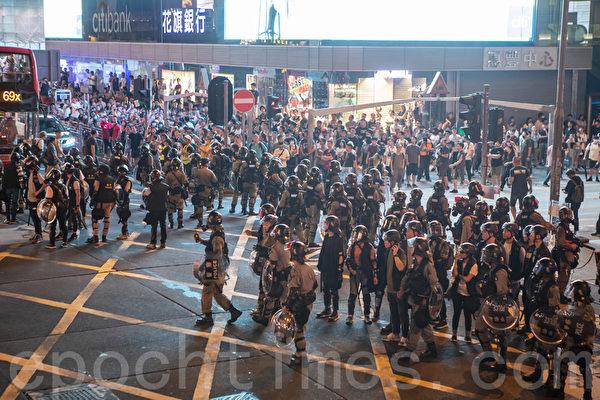 2019年9月6日晚,香港示威民眾聚集旺角,面對警察大叫黑社會,警察退走。(余鋼/大紀元)