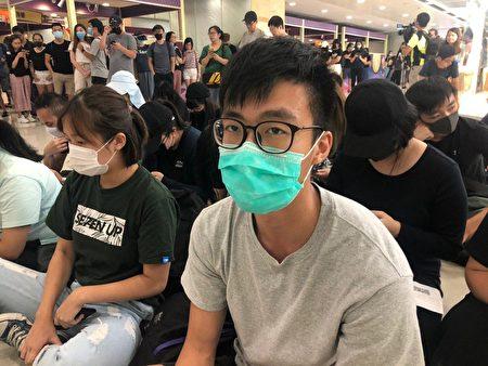 9月7日,香港市民在德福商場靜坐抗議。圖為學生林先生。(梁珍/大紀元)