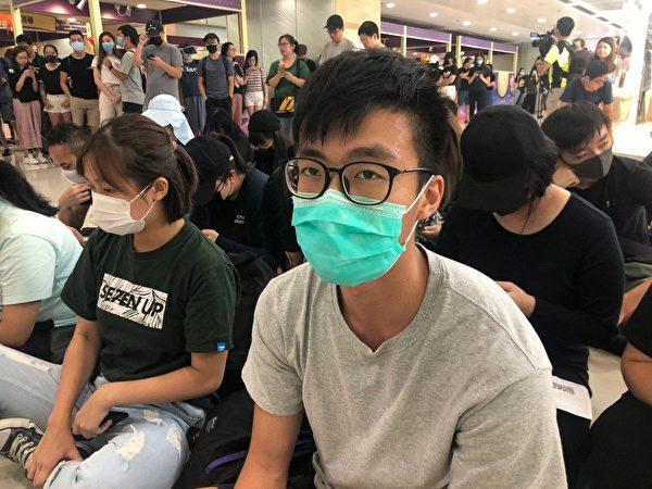 2019年9月7日,林同學來九龍灣靜坐抗議,不滿港鐵變黨鐵,同時希望政府回應五大訴求,缺一不可。(梁珍/大紀元)