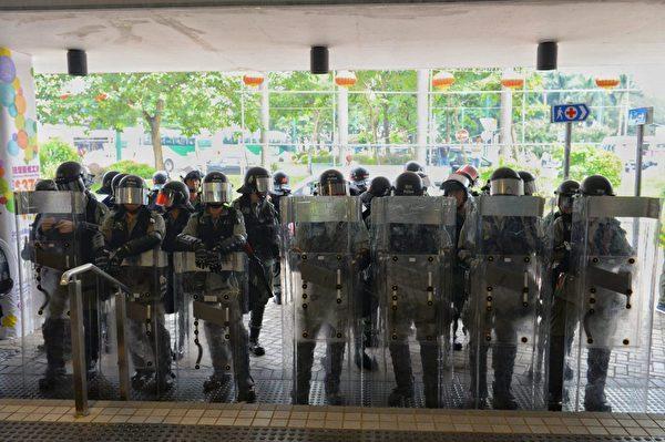 2019年9月7日,東涌站又來一隊防暴警察。(宋碧龍/大紀元)
