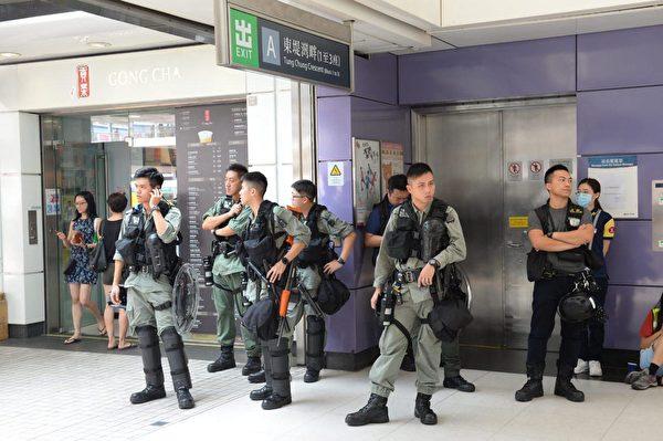 2019年9月7日,青衣站有不少防暴警察。(宋碧龍/大紀元)