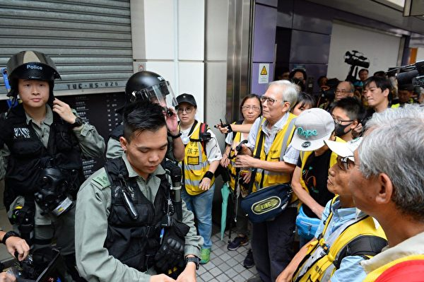 2019年9月7日,數十名人士聚集港鐵東涌站,「守護孩子」銀髮族成員到場銀髮族勸警察冷靜。(宋碧龍/大紀元)