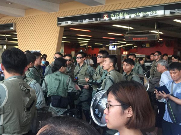 2019年9月7日下午,杏花村地鐵站的防暴警察。(黃浩然/大紀元)