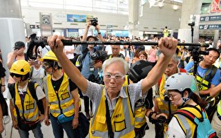 香港85岁老人挺身而出 保护年轻抗议者