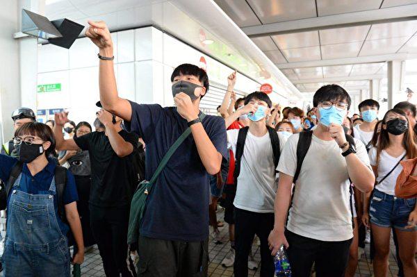 2019年9月7日,東涌站示威者對防暴警察抗議。(宋碧龍/大紀元)