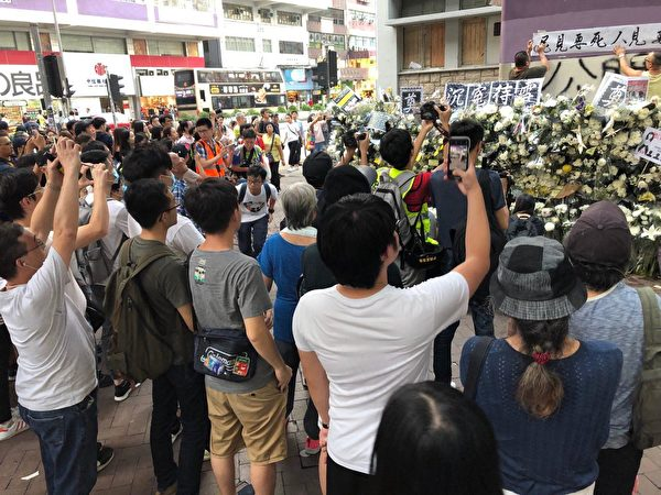 2019年9月7日傍晚,香港民眾聚集在港鐵太子站外現場貼滿許多標語牌與鮮花。 (余天祐/大紀元)
