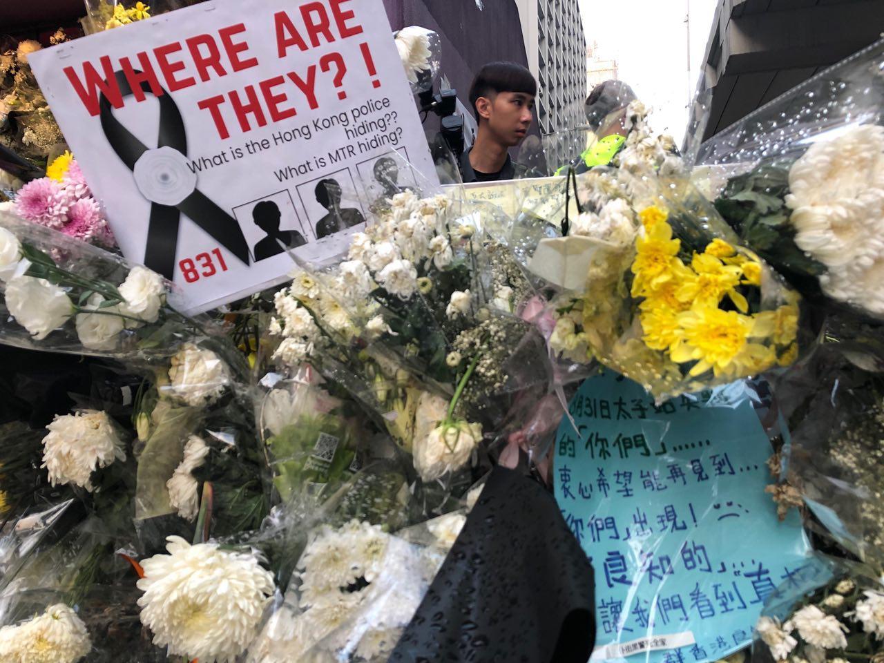 連日來,港鐵太子站都有民眾前來獻花,聚集。(余天祐/大紀元)