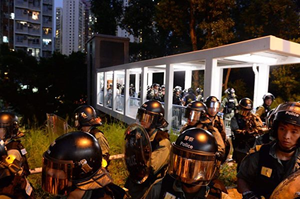 2019年9月7日晚,東涌站防暴警在私人物業處抓人。(宋碧龍/大紀元)