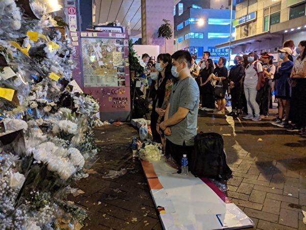 2019年9月7日晚,太子站外有民眾在默禱。(黃曉翔/大紀元)