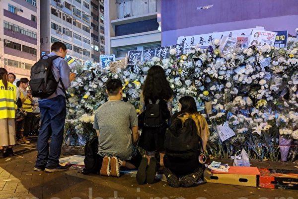 2019年9月7日,港鐵太子站外,港人持續沉痛悼念死去的冤魂,「生要見人,死要見屍」口號聲不絕於耳。(黃曉翔/大紀元)