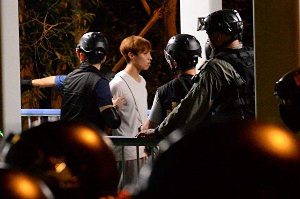 2019年9月7日晚,東涌警方在私宅處抓了數位民眾。(宋碧龍/大紀元)