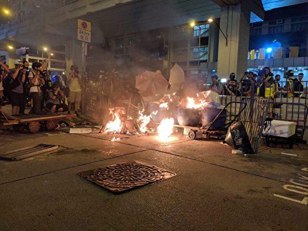 2019年9月7日晚,旺角警署外的路障處,有人縱火。(黃曉翔/大紀元)