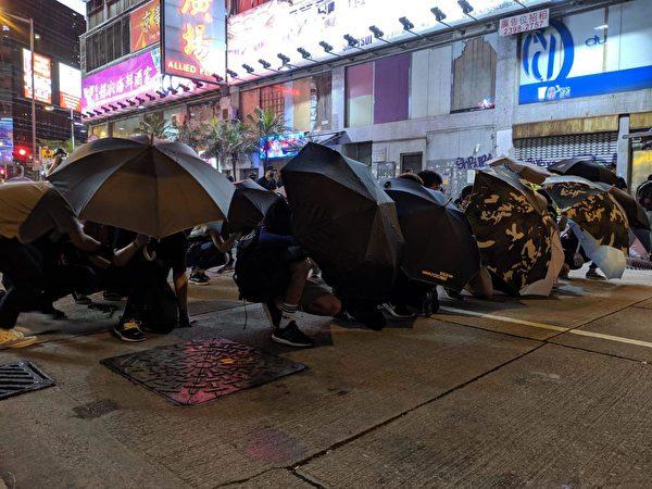 2019年9月7日晚,旺角警署外有民眾用雨傘做障礙物。(黃曉翔/大紀元)