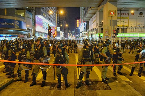 2019年9月7日夜晚,警方封鎖太子站附近彌敦道。(宋碧龍/大紀元)
