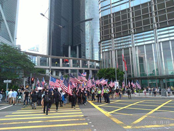 2019年9月8日,有香港民眾在中環遮打花園舉行「香港人權與民主祈禱會」,之後遊行至美國駐港總領事館,遞交請願信,要求「拯救香港 通過法案」。(余天祐/大紀元)