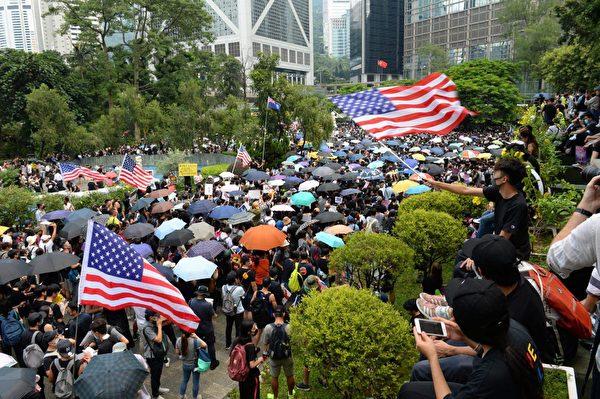 2019年9月8日,香港民眾舉行《香港人權與民主法案》祈禱會和美領館請願行動,圖為民眾聚集在遮打花園。(余天祐/大紀元)