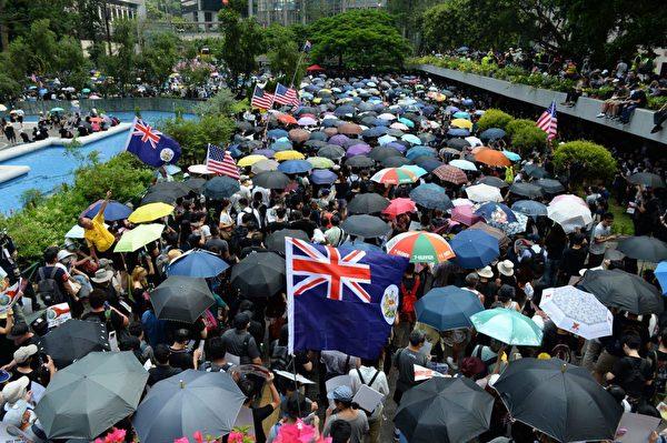 2019年9月8日,香港民眾舉行《香港人權與民主法案》祈禱會和美領館請願行動,圖為民眾聚集在遮打花園。(宋碧龍/大紀元)