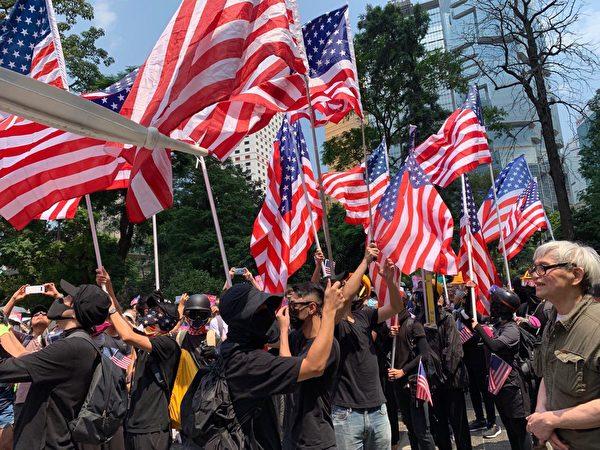 2019年9月8日,香港民眾舉行《香港人權與民主法案》祈禱會和美領館請願行動,圖為舉美國國旗的人在一點時已經遊行去美國領事館一圈回來了,真正集會2點半開始。(駱亞/大紀元)