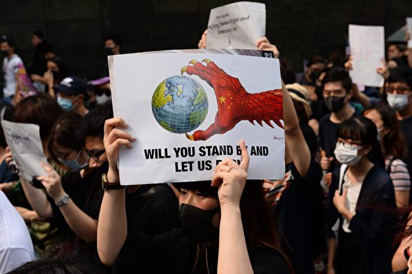2019年9月8日,香港民眾舉行《香港人權與民主法案》祈禱會和美領館請願行動,圖為民眾自製標語牌。(宋碧龍/大紀元)