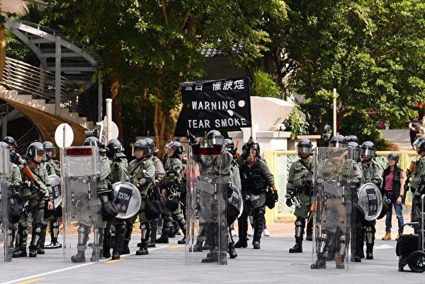 2019年9月8日,香港民眾舉行《香港人權與民主法案》祈禱會和美領館請願行動,警察亮黑旗。(宋碧龍/大紀元)