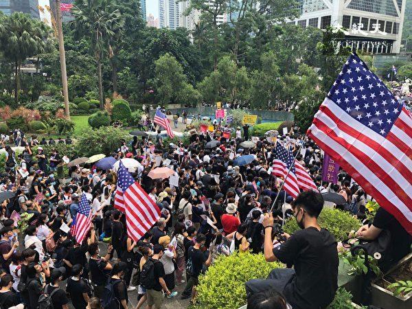 2019年9月8日,香港民眾舉行《香港人權與民主法案》祈禱會和美領館請願行動,遮打花園已擠滿人群。(余天祐/大紀元)