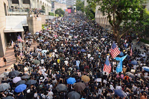 2019年9月8日,香港民眾舉行《香港人權與民主法案》祈禱會和美領館請願行動,遊行至花園道。(宋碧龍/大紀元)
