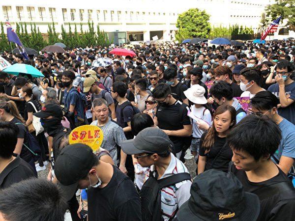 2019年9月8日,香港民眾舉行《香港人權與民主法案》祈禱會和美領館請願行動。遊行到花園道擠滿了人。(余天祐/大紀元)