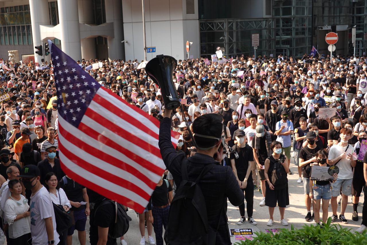 2019年9月8日,市民手舉各式標語由中環遮打花園出發遊行至美領館,沿路高叫口號。(余鋼/大紀元)