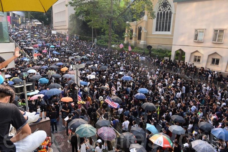 2019年9月8日,香港民眾舉行《香港人權與民主法案》祈禱會和美領館請願行動。花園道遊行人山人海。(余鋼/大紀元)