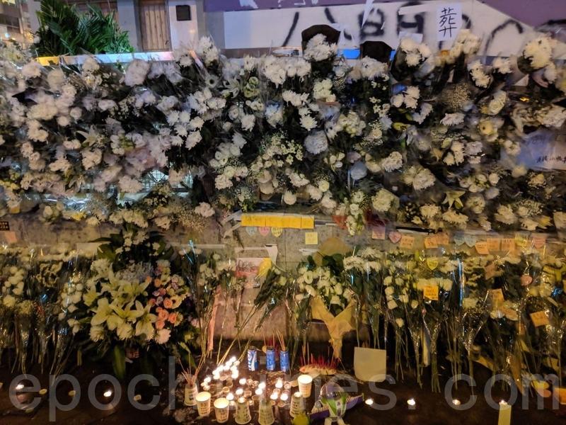 2019年9月8日,太子站的鮮花與標語牌。(黃曉翔/大紀元)