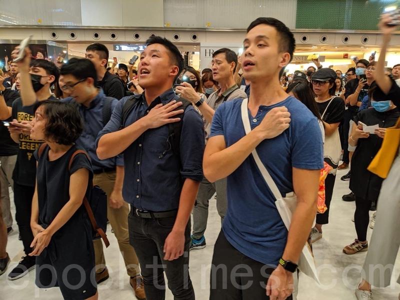 2019年9月11日,香港民眾在沙田新城市廣場齊唱「願榮光歸香港」,並為8·31逝去的人靜默1分鐘。(黃曉翔/大紀元)