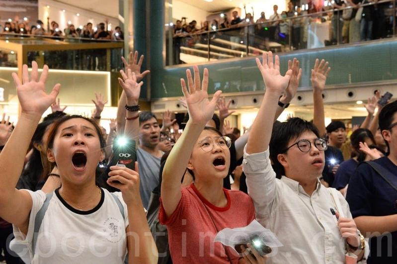 組圖:港人多商場聚集 高唱《願榮光歸香港》