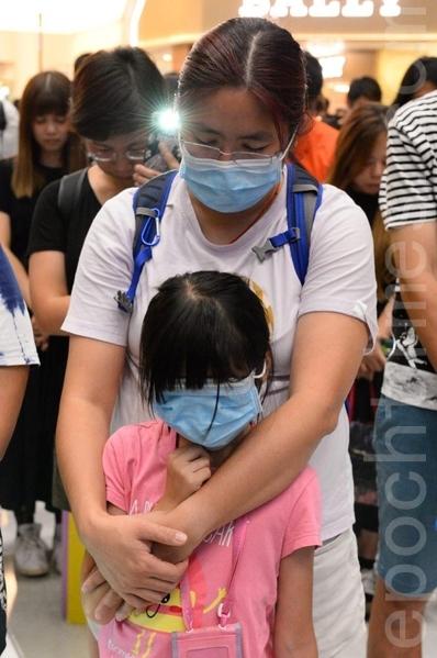 2019年9月11日,香港民眾在沙田新城市廣場齊唱「願榮光歸香港」,並為8·31逝去的人靜默1分鐘。(宋碧龍/大紀元)