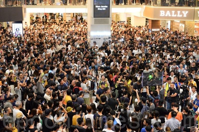 2019年9月11日,香港市民在沙田新城市廣場齊唱「願榮光歸香港」。(宋碧龍/大紀元)