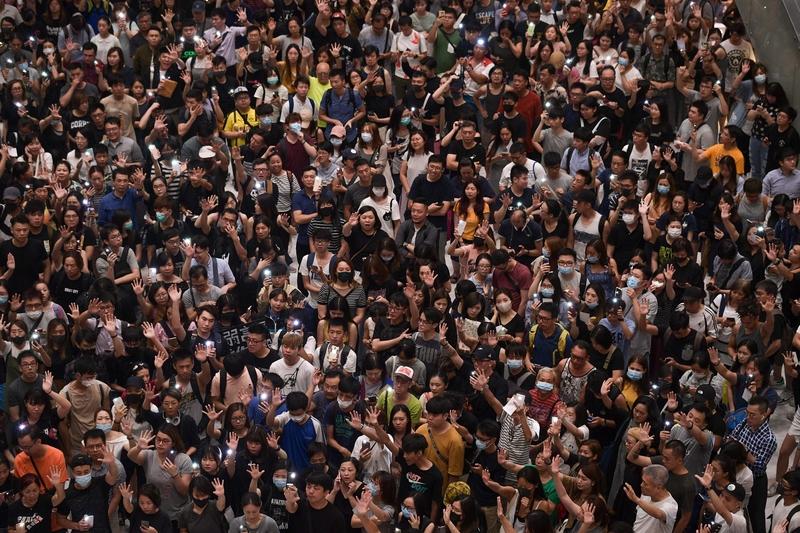 2019年9月11日,香港市民在沙田新城市廣場齊唱「願榮光歸香港」。(NICOLAS ASFOURI/AFP/Getty Images)