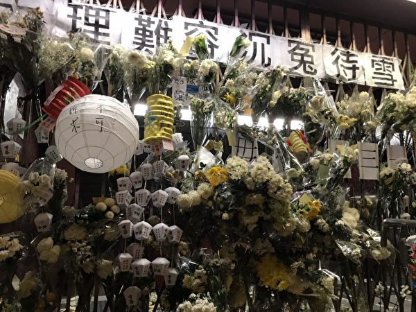 2019年9月13日,民眾中秋之夜到太子站追悼8.31被打死的港人,給不幸被打死的朋友唱「願榮光歸香港」,場面哀傷肅穆。(文瀚林/大紀元)