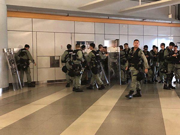 2019年9月14日,天水圍天秀路公園集會兩點前已有大量警察結集在天水圍西鐵站內。(余天祐/大紀元)