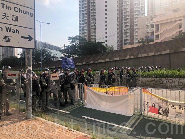 2019年9月14日,天水圍秀路公園集會兩點前已有大量警察結集在天水圍西鐵站外戒備。(梁珍/大紀元)