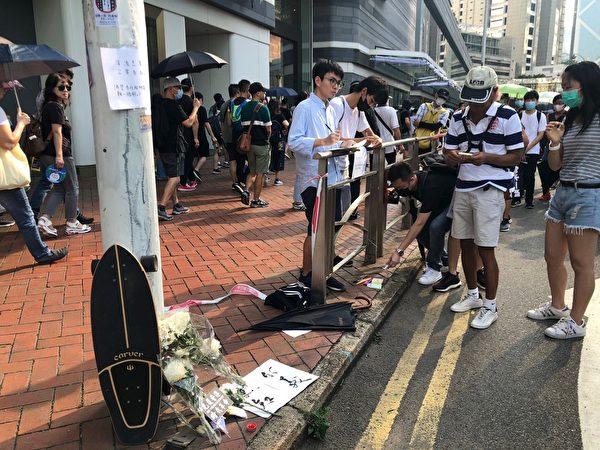 2019年9月15日,香港民眾參與銅鑼灣遊行。圖為民眾在金鐘悼念死難者。(梁珍/大紀元)