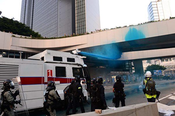 2019年9月15日,香港政府總部港警用水炮車對付民眾。(宋碧龍/大紀元)