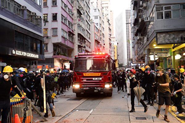 2019年9月15日,抗議者避開兩邊讓消防車過。(宋碧龍/大紀元)