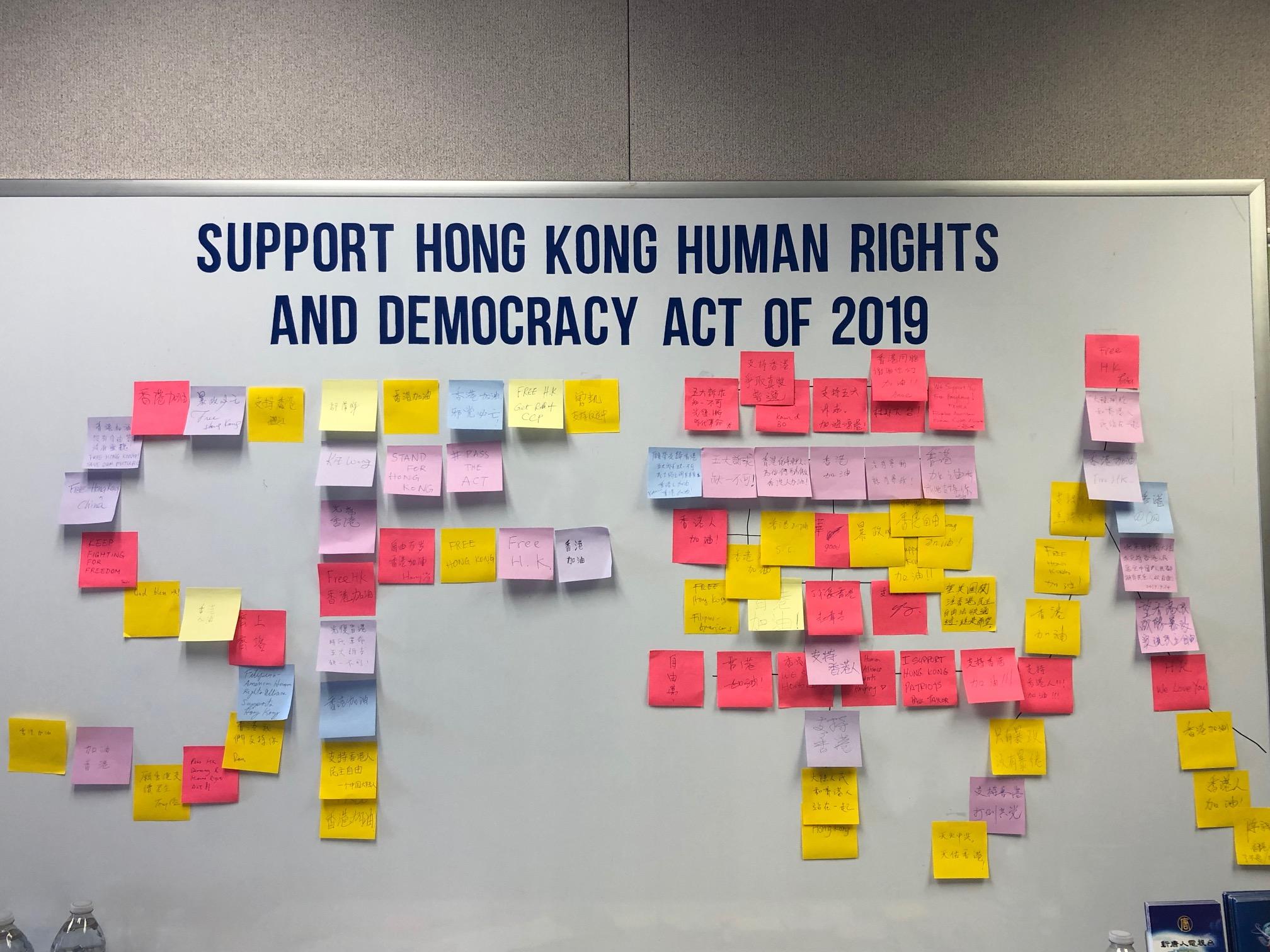 參加研討會的民眾用支持香港的貼紙組成「SF華人」字樣。(大紀元)