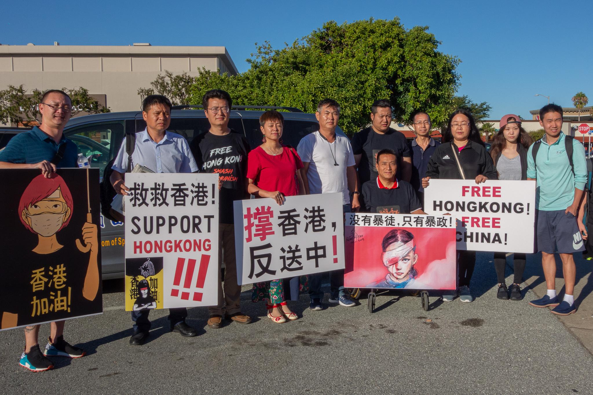 灣區的部份人士在各處購物中心高舉支持香港抗爭的看板,呼籲美國民眾也來支援。(曹景哲/大紀元)