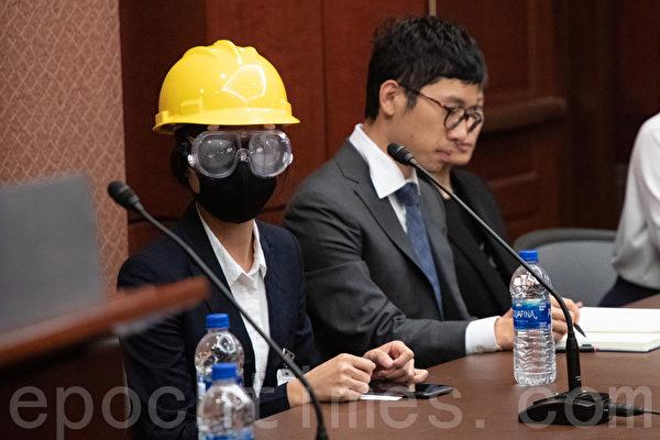 戴著頭盔和防護眼鏡,化名LV的香港學生在與會者中格外搶眼。(林樂予/大紀元)