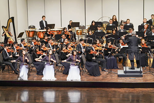 2019年9月18日下午,神韻交響樂團在高雄市文化中心台灣首場演出。二胡演奏家琴露(右)、王真(中)、戚曉春(左)。(鄭順利/大紀元)