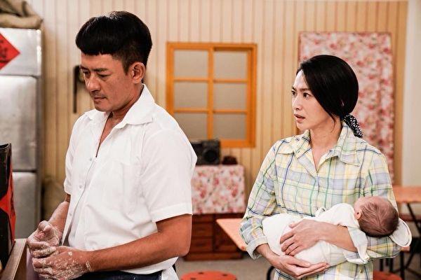 侯怡君(右)在《多情城市》中与柯叔元(左)演夫妻